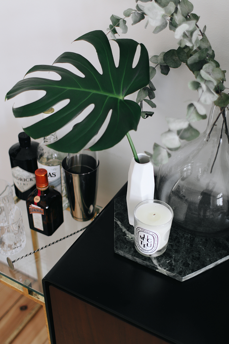 Interior Inspiration - The living room. Bar tray and green marble cutting board/tablet