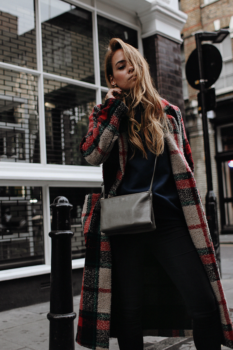 Outfit: In Tartan through Shoreditch. Desi is wearing a plaid coat, skinnyjeans, Céline Trio bag, sneakers and a printed jumper.