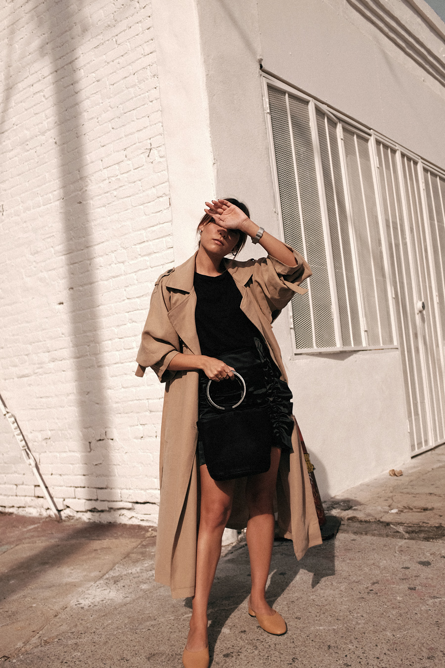 Outfit: Trenchmissing. Nisi is wearing: Oversized Trenchcoat, Simon Miller Bonsai bag, ruffled skirt, mules, black t-shirt