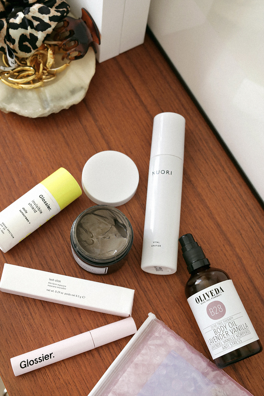 Favorites Video: Glossier Invisible Shield Sunscreen SPF35, Origins Clear Improvement Charcoal Honey Mask, Nuori Vital Unifier, Oliveda Body Oil Lavender Vanilla, Glossier Lash Slick Mascara